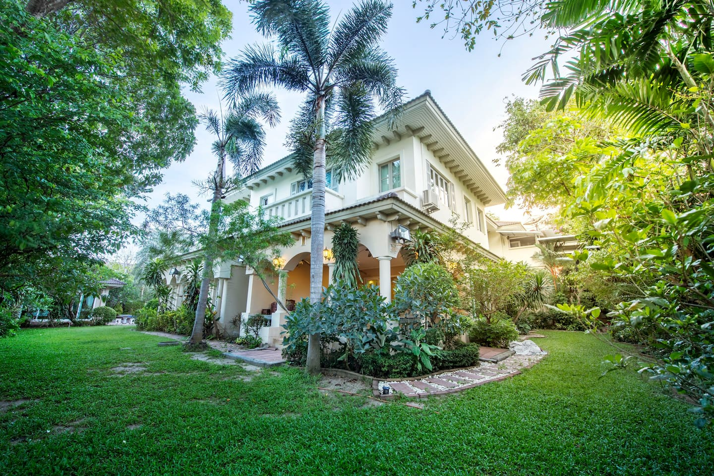 Bangkok Grand Villa with Private Pool Vacation Rentals in Bangkok 01